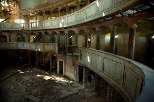 Beton schilderij verlaten gebouw