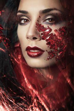Glas schilderij bordeaux rode vrouw
