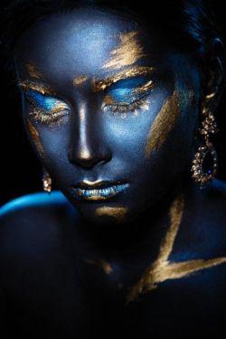 Blauw Gouden Make Up Bodypaint Fotomodel Glas Schilderij 80x120