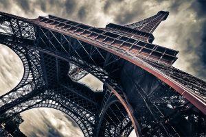 Adembenemende uitzicht op de onderkant van de Eifel toren
