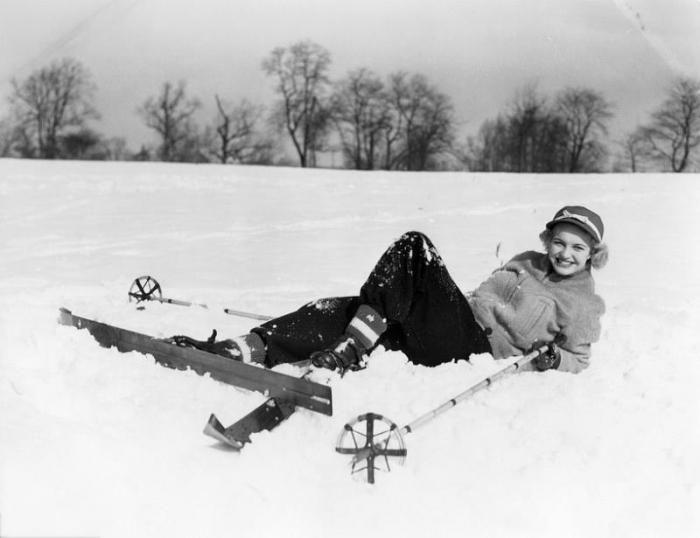 Figuratieve Schilderijen: Vrouw Ski's Sneeuw Winter Zwart Wit Glas Schilderij 80x60