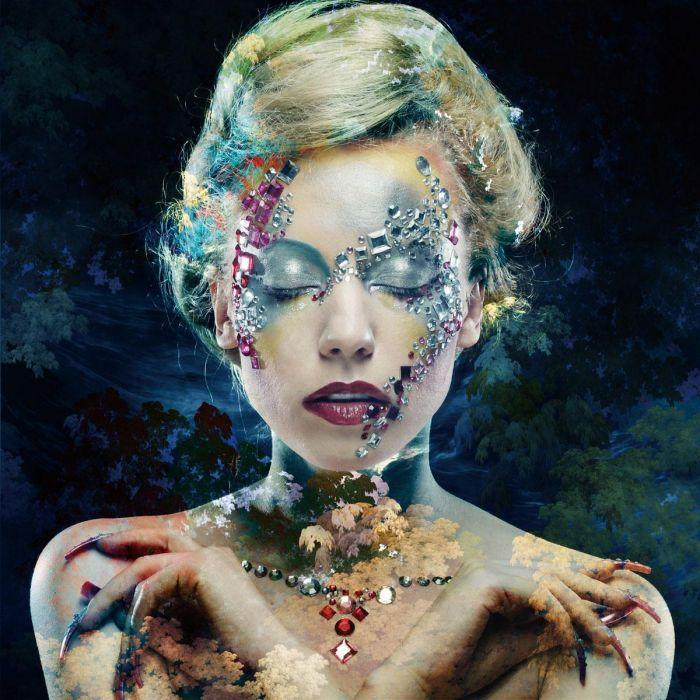 Figuratieve Schilderijen: Close Up Artistieke Vrouw Make Up Botanisch Glas Schilderij 80x80