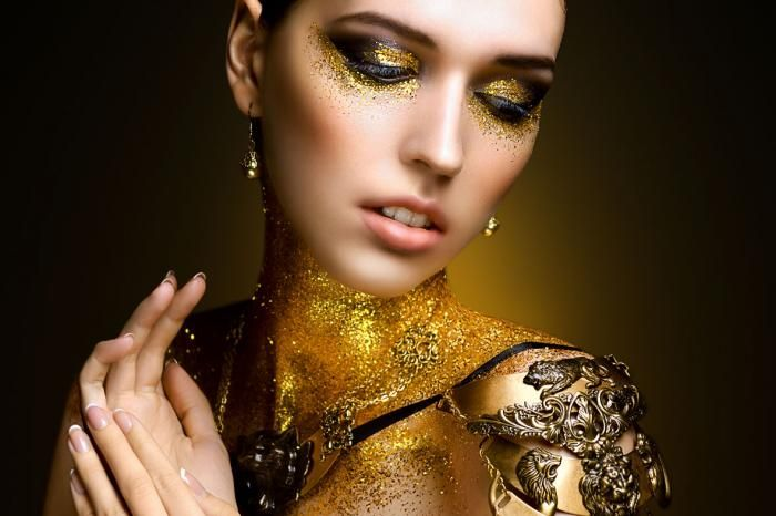 Figuratieve Schilderijen: Gouden Glitter Vrouw Smoke Eye Glas Schilderij 120x80