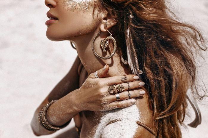 Figuratieve Schilderijen: Sieraden Bohemien Girl Ringen Ketting Armbanden Foto Kunst 120x80