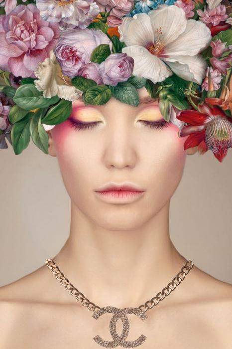 Bloemen Schilderijen: Chanel Ketting Vrouw Bloemen Oogschaduw Glas Schilderij 80x120