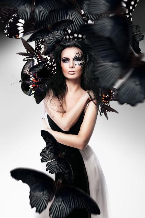 Dieren Schilderijen: Zwart Wit Vlinders Vrouw Glas Schilderij 80x120