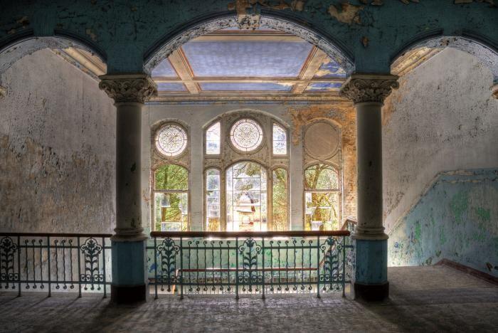 Foto Kunst Schilderijen: Klassiek Trappenhuis Blauw Grijs Pilaren Ronde Ramenpartijen Glas Schilderij 160x110