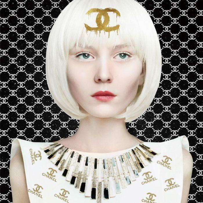 Figuratieve Schilderijen: Witte Vrouw Chanel Eyeliner Pruik Jurk Ketting 120x120 Foto Kunst Glas Schilderij