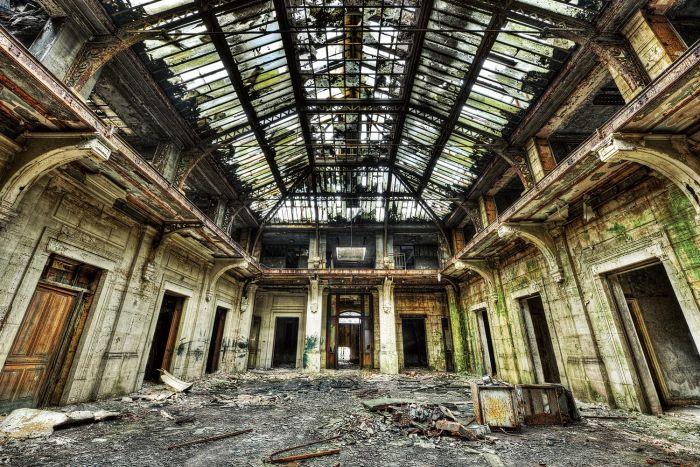 Foto Kunst Schilderijen: Foto kunst vervallen gebouw met een groen vervallen dak