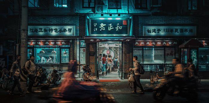 Figuratieve Schilderijen: RVS schilderij straat in de avond - CITY LIFE 008