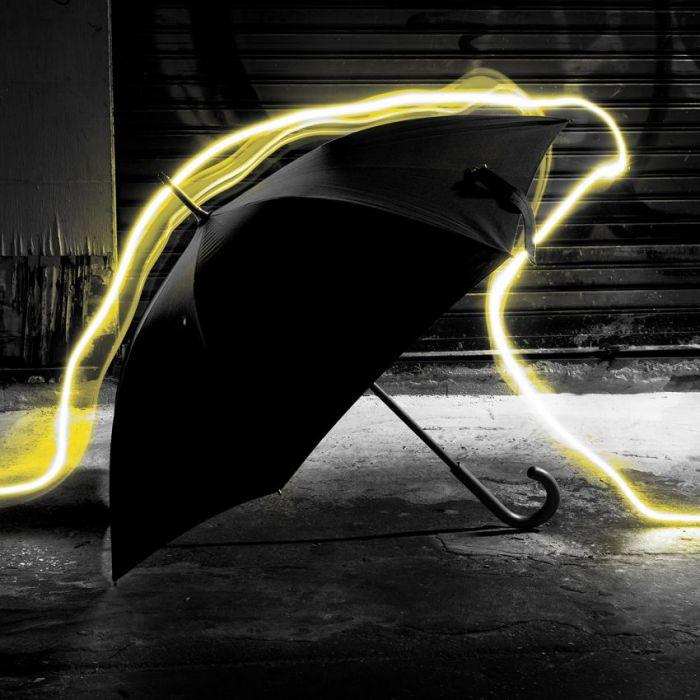 Foto Kunst Schilderijen: RVS schilderij geel neon licht paraplu - City Life 021
