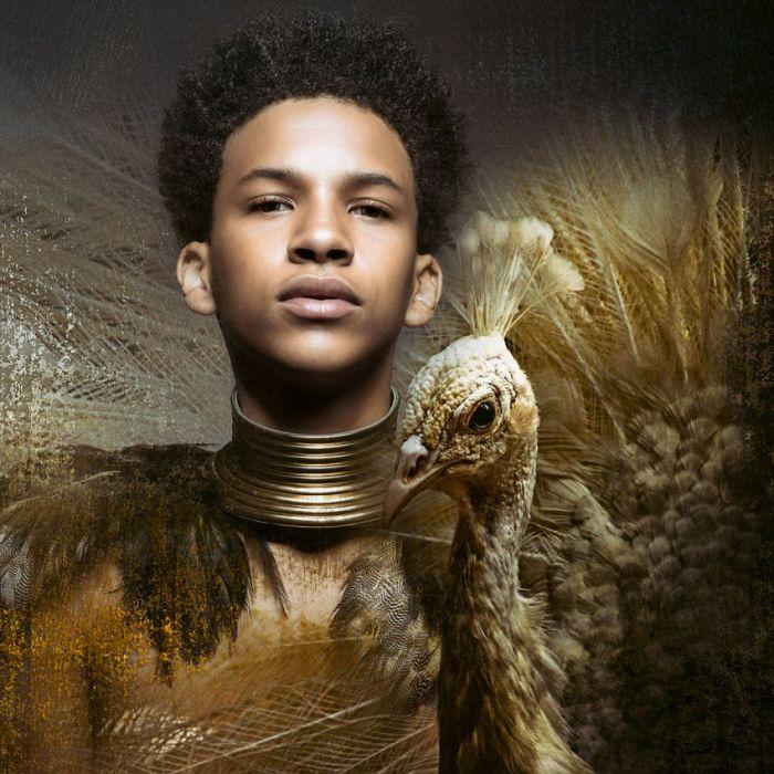 Dieren Schilderijen: Jongen Afro Haar Witte Pauw Goud Geel kleuren Rvs Wandkraft Collectie