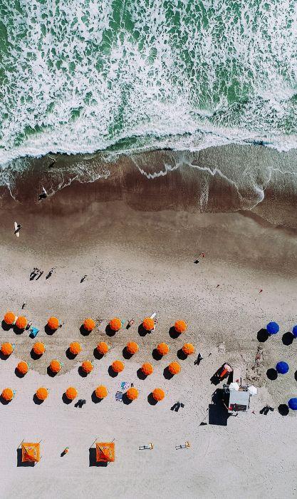 Figuratieve Schilderijen: Strand oranje blauwe parasollen -  Summer Time Collectie