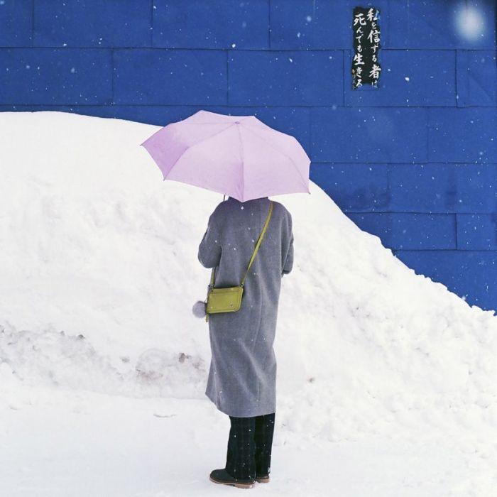 Figuratieve Schilderijen: Dibond schilderij paraplu mens in sneeuw