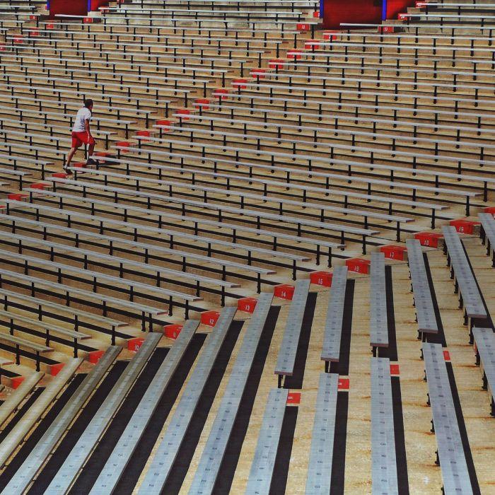 Foto Kunst Schilderijen: Genummerde Rijen Zitplaatsen Stadion Rood Grijs Beige Zwart Wandkraft Collectie Rvs Schilderij