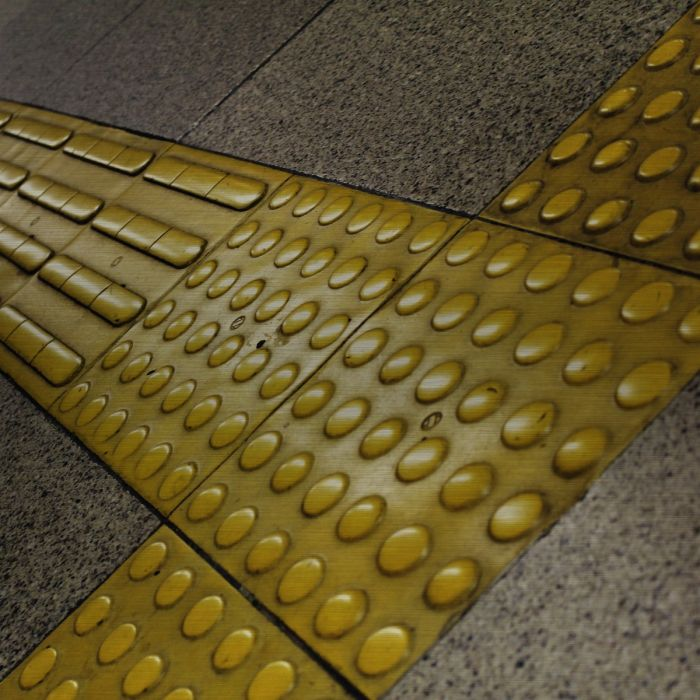 Foto Kunst Schilderijen: Tegels Noppen Strepen Geel Station Metro Trein Wandkraft Rvs Schilderijen Collectie
