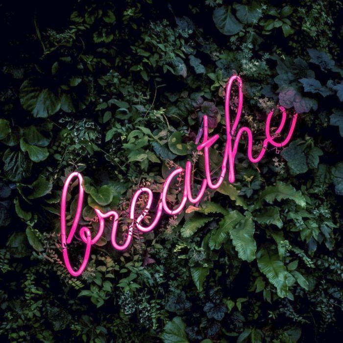 Foto Kunst Schilderijen: Botanisch Groene Muur Neon Verlichting Breathe Tekst