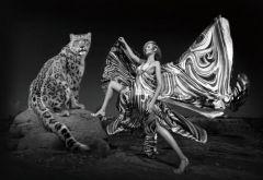 Groot glas schilderij luipaard vrouw vlinder jurk  160x110