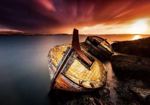 Groot glas schilderij van een gestrande boot